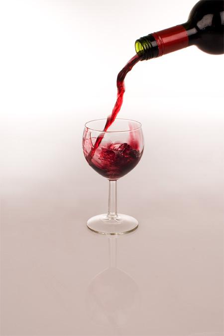 punaviini osuu lasiin