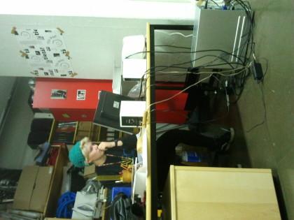 Ina Saarinen istuu studio/toimistolla 2013, kun HYTKY ja Helmut käyttivät toimistotilojamme.